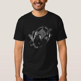 Negro de la camiseta de los auriculares de