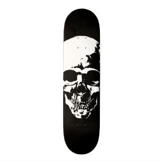 Negro del cráneo tabla de patinar