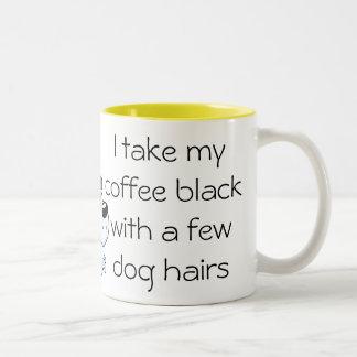 Negro divertido del café con la taza del pelo de