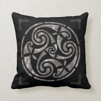 Negro y DECORACIÓN del Celtic de la plata Cojin