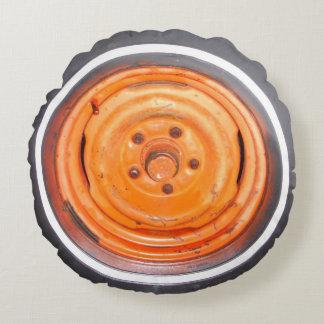 neumático desinflado anaranjado del coche antiguo cojín redondo
