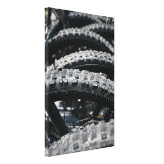 Neumáticos de la bici de montaña impresiones en lona estiradas