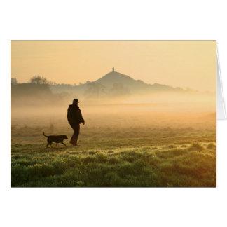 Niebla de la montaña del hombre y del perro tarjeta de felicitación