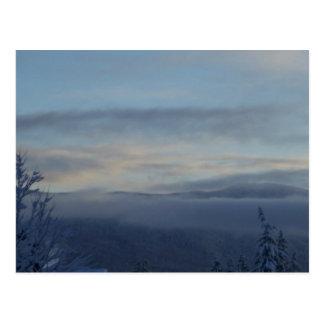 Niebla de la montaña postal