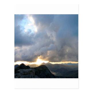 Niebla de la puesta del sol de la luz postal