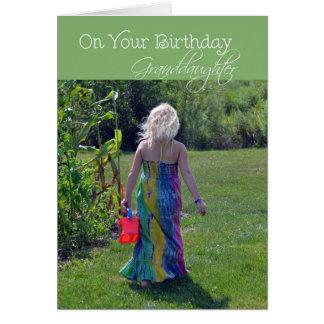 Nieta del cumpleaños chica joven en jardín