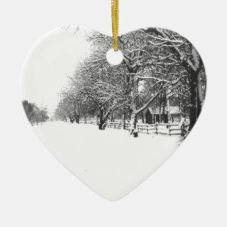 Nieve del invierno en la calle de la conferencia adorno navideño de cerámica en forma de corazón