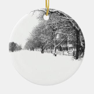Nieve del invierno en la calle de la conferencia adorno navideño redondo de cerámica