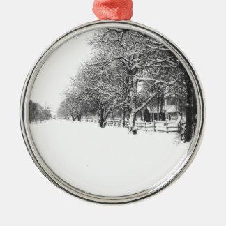 Nieve del invierno en la calle de la conferencia adorno navideño redondo de metal