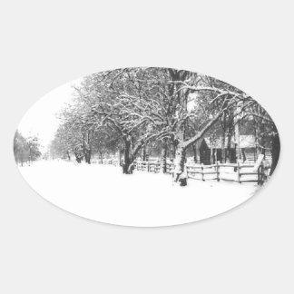 Nieve del invierno en la calle de la conferencia pegatina ovalada