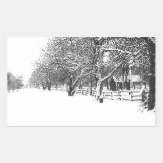 Nieve del invierno en la calle de la conferencia pegatina rectangular