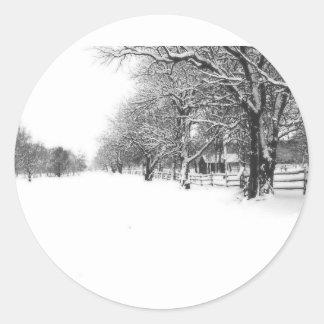 Nieve del invierno en la calle de la conferencia pegatina redonda
