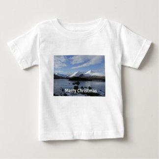 Nieve del navidad en el soporte negro, Escocia Camiseta De Bebé