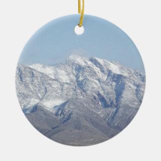 Nieve en las montañas del desierto adorno redondo de cerámica