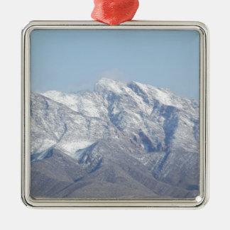 Nieve en las montañas del desierto adorno cuadrado plateado