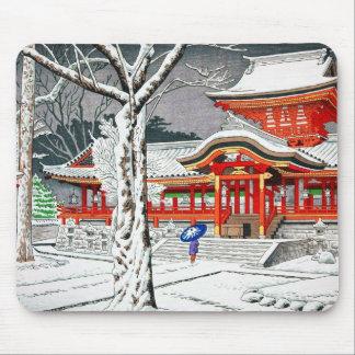 Nieve fresca en la capilla Kyoto del hachiman del Alfombrilla De Ratón