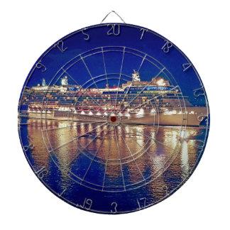 Nightlights imponentes de la nave que reflejan en diana