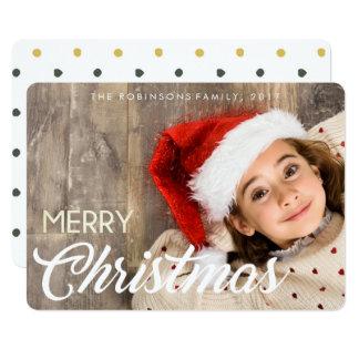 Niña con una sonrisa y una tarjeta de Navidad del