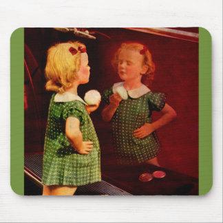 niña de los años 30 que mira en el espejo alfombrilla de ratón