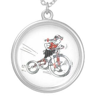 Niña del vintage en el triciclo grimpola
