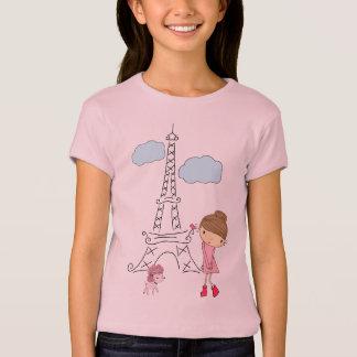 Niña en París con la camisa del caniche para un