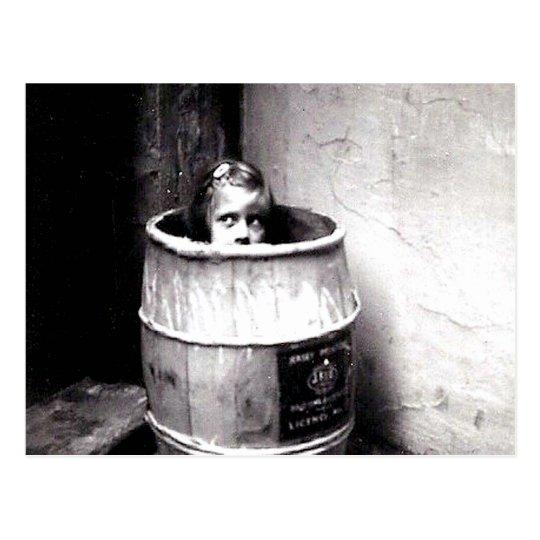 Niña en postal del barril