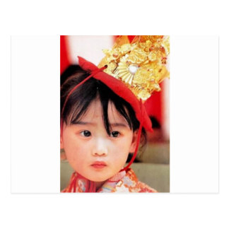 Niña japonesa que lleva un kimono postal