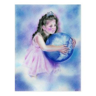 Niña que sostiene la postal de la tierra del globo