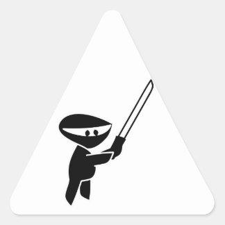 Ninja que maneja una espada de Katana Pegatina Triangular