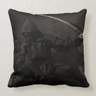 Ninja que sostiene la espada en la almohada de