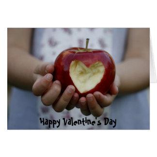 Niño con el corazón de la manzana tarjeta de felicitación