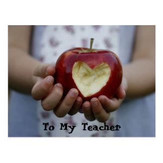 Niño con el corazón de la manzana postal