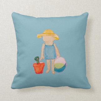 Niño de la niña en azul del cumpleaños de la playa cojín decorativo