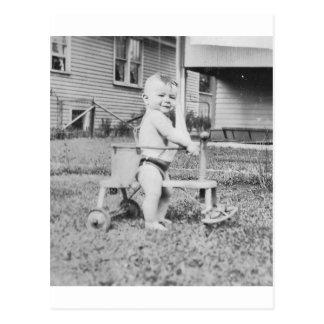 niño de los años 50 en caminante postal