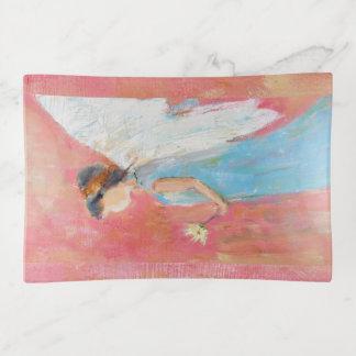 Niño del ángel que sostiene una margarita