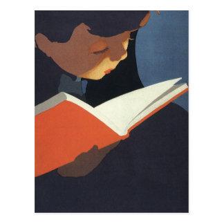 Niño del vintage que lee un libro de la biblioteca postal