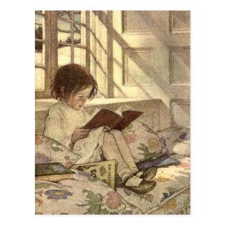 Niño del vintage que lee un libro, Jessie Willcox Postal