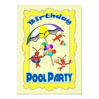 Niño lindo de la fiesta en la piscina de la comunicado