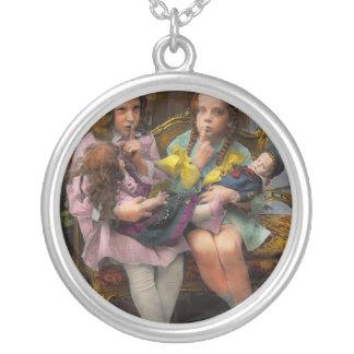 Niño - nuestro pequeño secreto 1915 colgante redondo