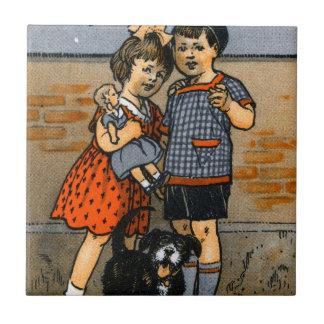 Niño pequeño y chica holandeses azulejos