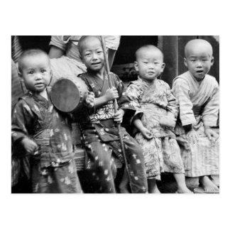 Niños asiáticos en la ropa tradicional (1908) postal