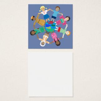 Niños del mundo que lleva a cabo las manos tarjeta de visita cuadrada