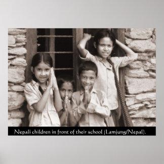 Niños del Nepali delante de su escuela Póster
