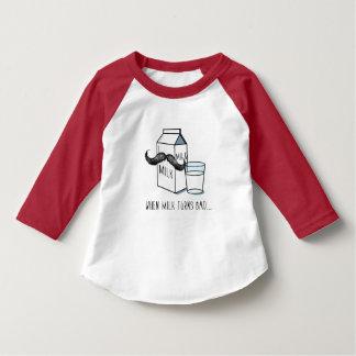 Niños divertidos T blanco de la leche y del bigote Camiseta
