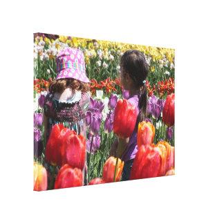 Niños en el jardín del tulipán impresión en lienzo