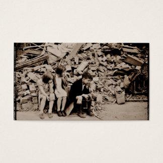 Niños en los escombros tarjeta de negocios
