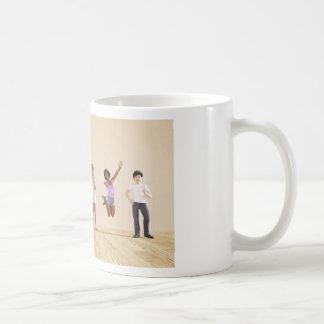 Niños felices en un centro del cuidado de día o de taza de café