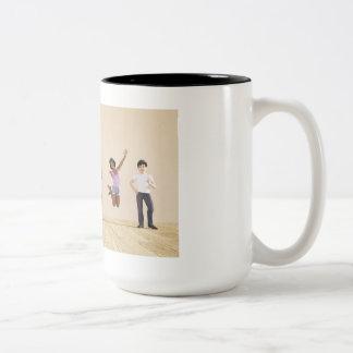 Niños felices en un centro del cuidado de día o de taza de café de dos colores