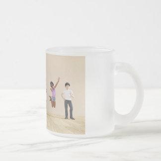 Niños felices en un centro del cuidado de día o de taza de café esmerilada