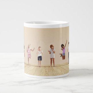 Niños felices en un centro del cuidado de día o de taza de café grande